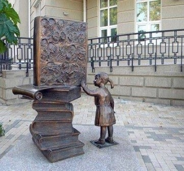 Child with books scupture